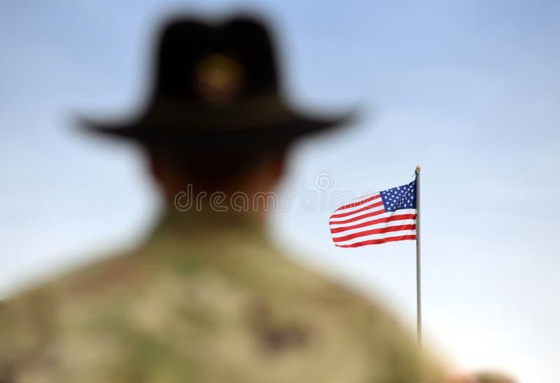 Soldados americanos e bandeira dos E.U. Tropas dos E.U. foto de stock royalty free