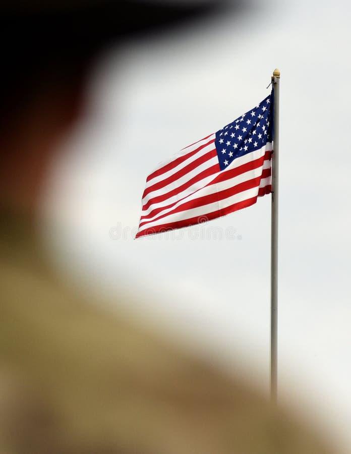 Soldados americanos e bandeira dos E.U. Tropas dos E.U. fotografia de stock royalty free