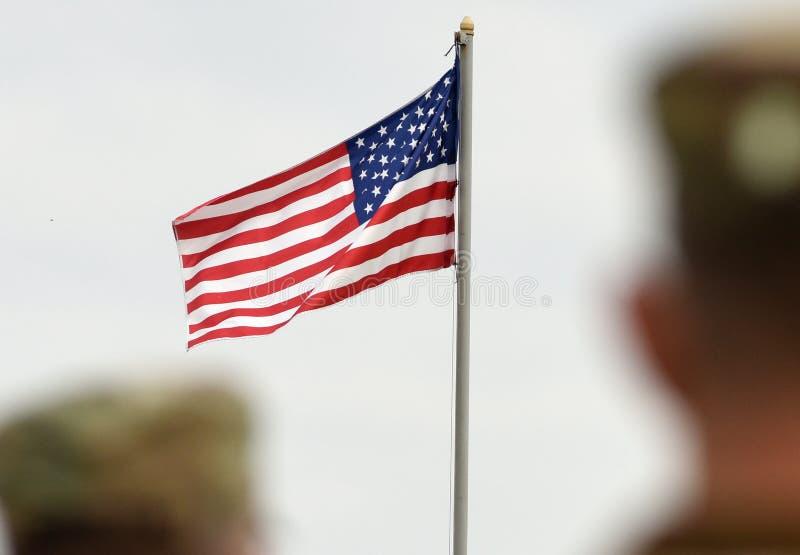 Soldados americanos e bandeira dos E.U. Tropas dos E.U. foto de stock