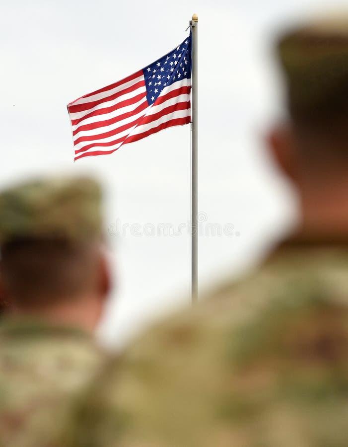 Soldados americanos e bandeira dos E.U. Tropas dos E.U. fotografia de stock