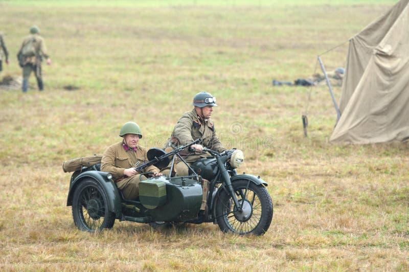 Soldados armados no motocircle fotografia de stock