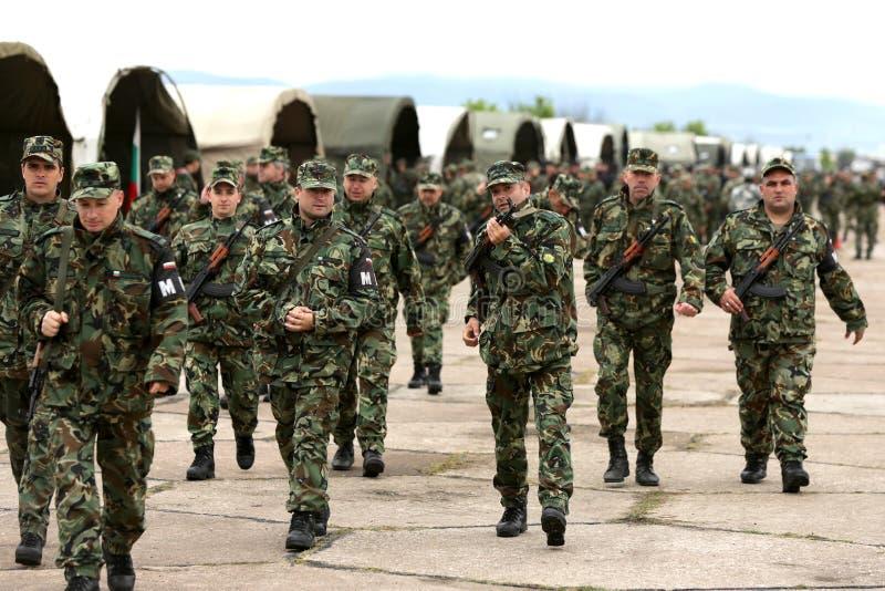 Soldados búlgaros nos uniformes com os rifles do Kalashnikov AK 47 foto de stock