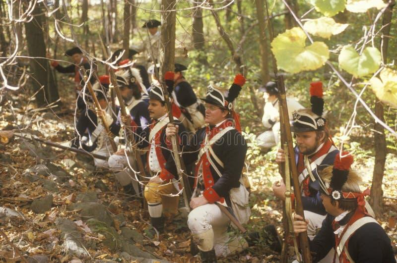 Soldados británicos durante la reconstrucción histórica de la guerra de revolucionario americano, acampamento de la caída, nuevo  fotos de archivo