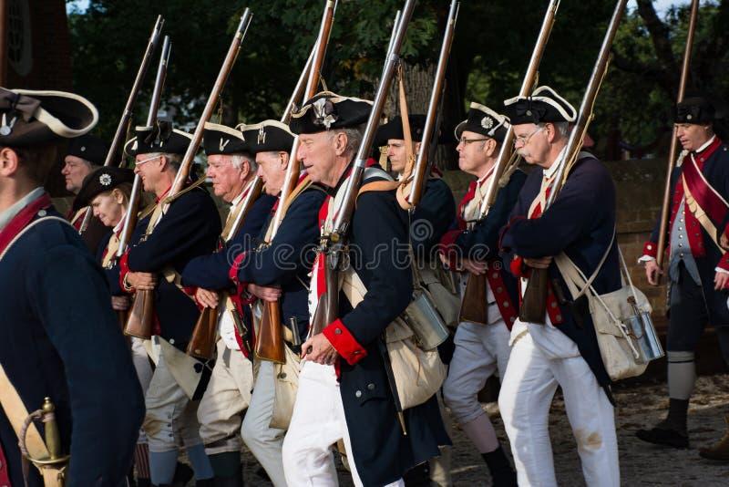 Soldados coloniais americanos que marcham em Williamsburg histórico Va imagens de stock