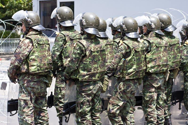 Soldados con los antidisturbios en Bangkok foto de archivo