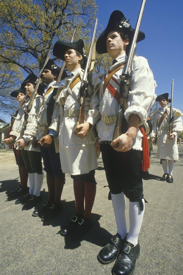 Soldados con los mosquetes durante la reconstrucción histórica de la guerra de revolucionario americano, Williamsburg, Virginia imágenes de archivo libres de regalías