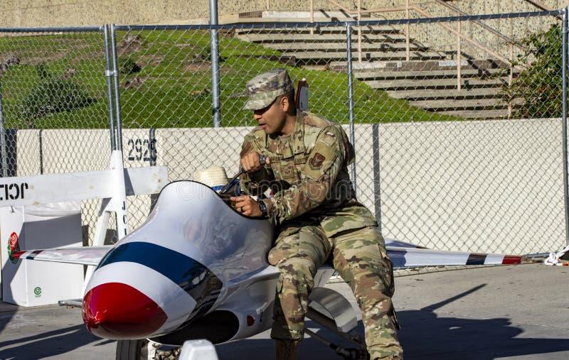 Soldados dão passeios infantis no avião! imagens de stock royalty free