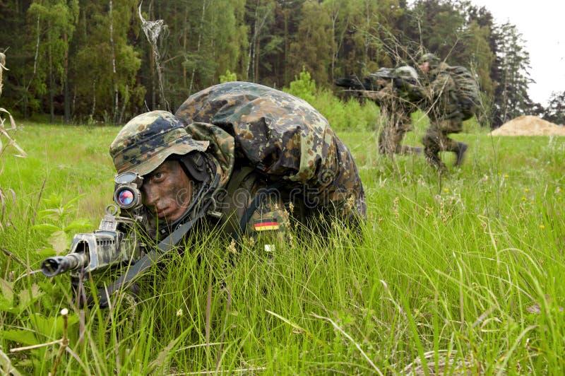 Soldados da Bundeswehr com a arma. fotos de stock royalty free