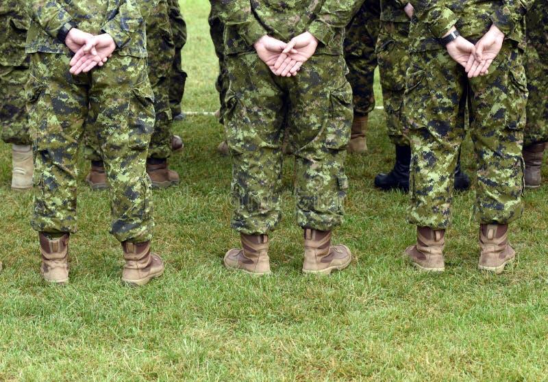 Soldados da parte traseira tropas, exército, militares fotos de stock