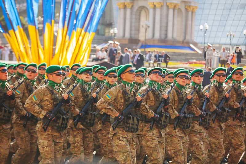 Soldados de caballería del guardia fronterizo del ejército ucraniano en Kyiv, Ucrania fotos de archivo libres de regalías
