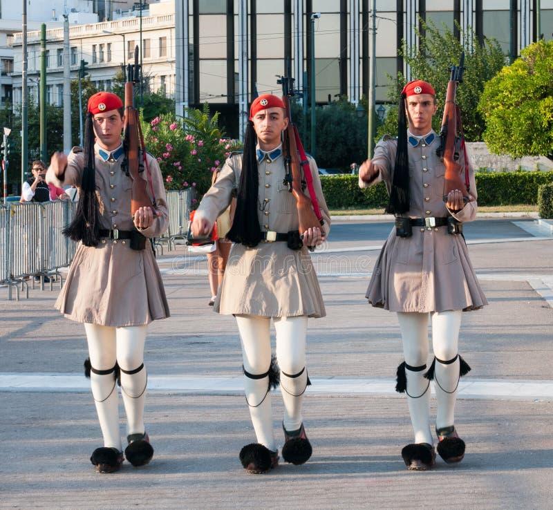 Soldados de Evzones que marchan en Atenas, Grecia imagen de archivo