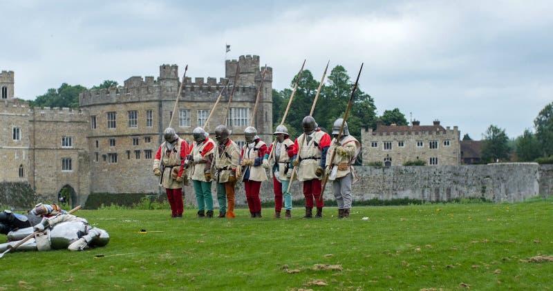 Soldados de infantaria medievais com lanças imagens de stock