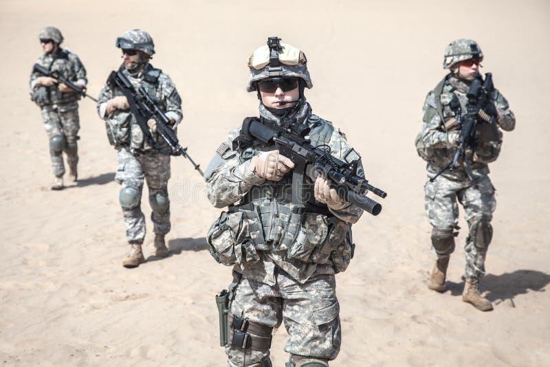 Soldados de infantaria na ação foto de stock
