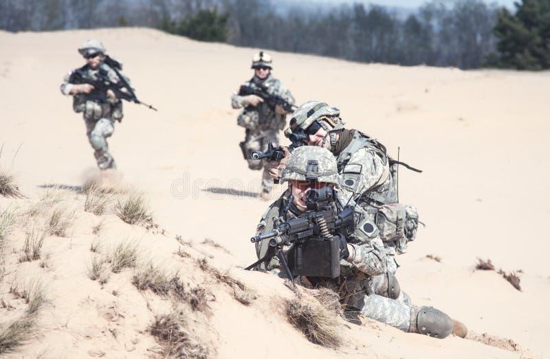 Soldados de infantaria na ação fotos de stock