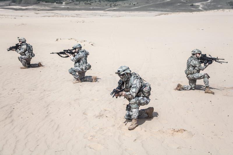 Soldados de infantería en la acción imagen de archivo