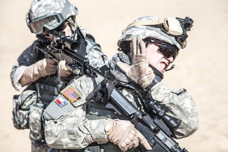 Soldados de infantería en la acción imagen de archivo libre de regalías