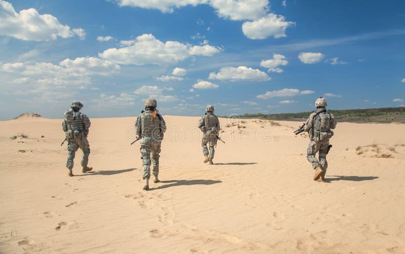 Soldados de infantería en la acción imagenes de archivo