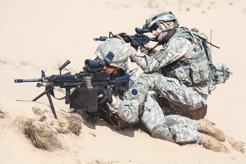 Soldados de infantería en la acción foto de archivo libre de regalías