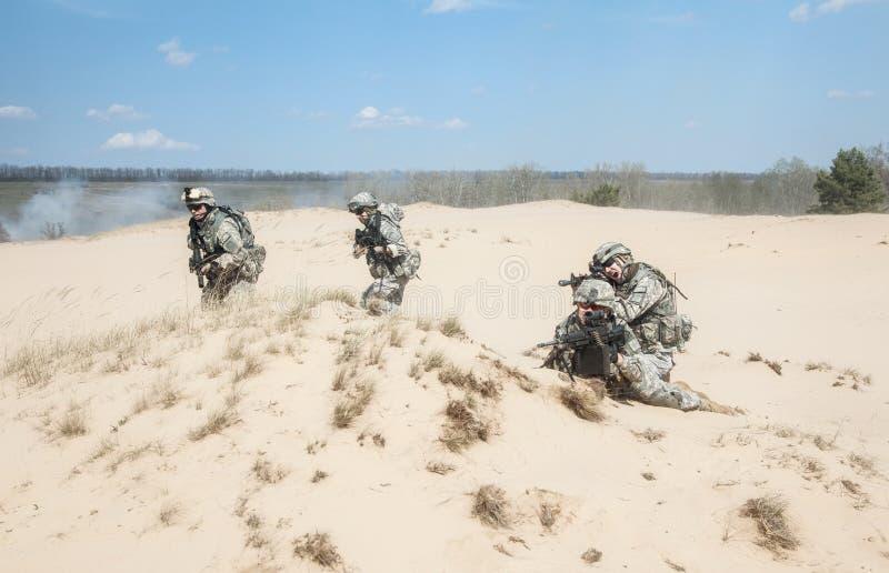 Soldados de infantería en la acción fotos de archivo libres de regalías