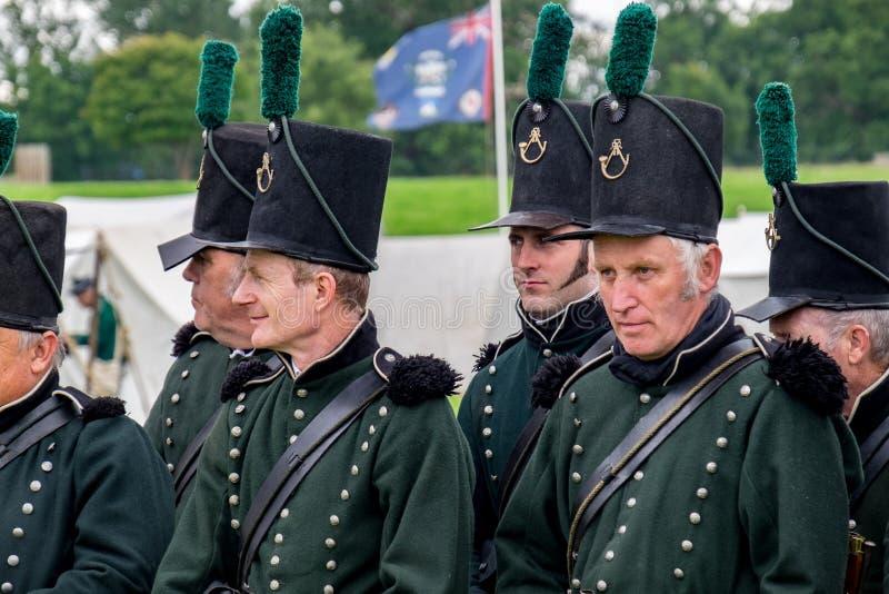 Soldados de infantería que marchan hacia batalla fotografía de archivo