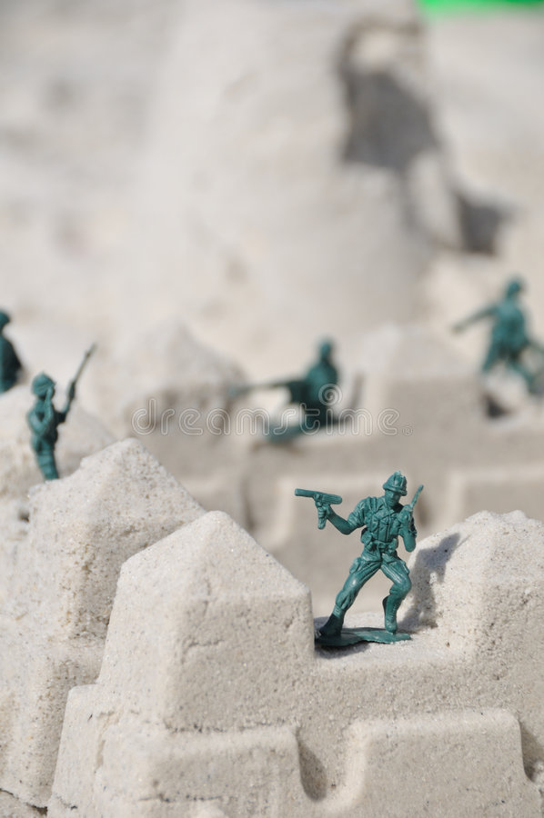 Soldados de juguete en la playa fotografía de archivo