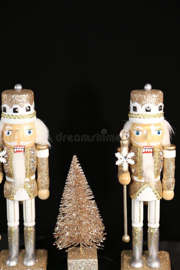Soldados de juguete que guardan una exhibición especial de la alameda del árbol de la Navidad foto de archivo
