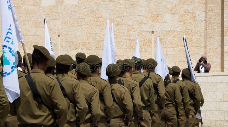 Soldados de Junior Israeli Defence Force na homenagem uniforme do pagamento na parede lamentando do ` s do Jerusalém na cidade ve imagem de stock