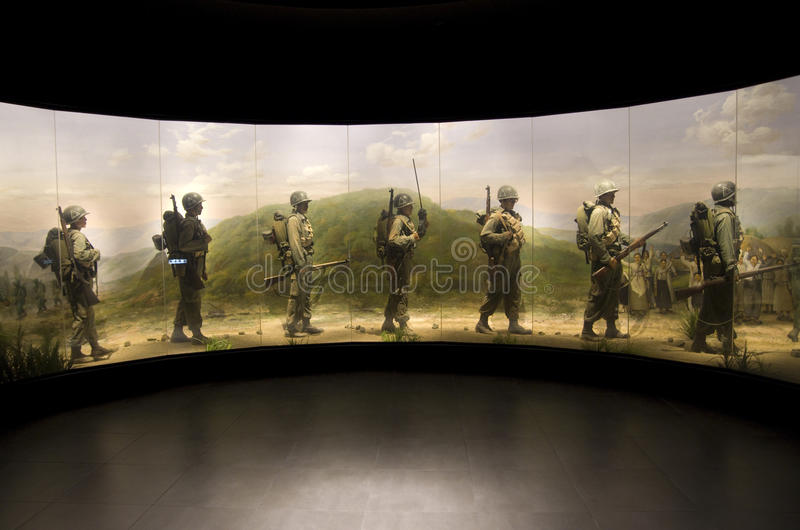 Soldados de la cera que marchan en la Guerra de Corea con la pintura  imagenes de archivo