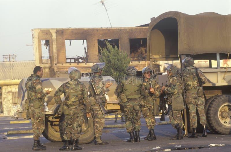Soldados de la guardia nacionales que toman la pausa para el almuerzo, 1992 alborotos, Los Ángeles central del sur, California fotos de archivo libres de regalías