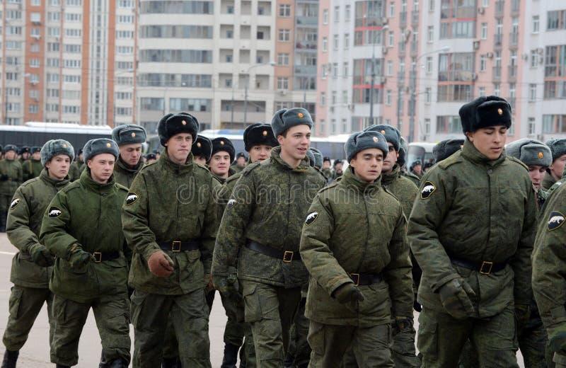 Soldados de la marcha interna de las tropas Preparación para el desfile el 7 de noviembre en Plaza Roja foto de archivo