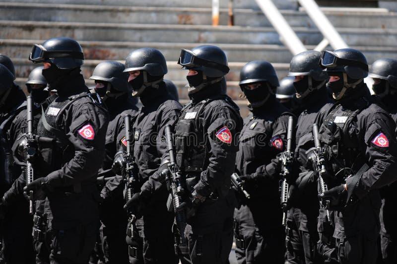 Soldados de la policía servia foto de archivo