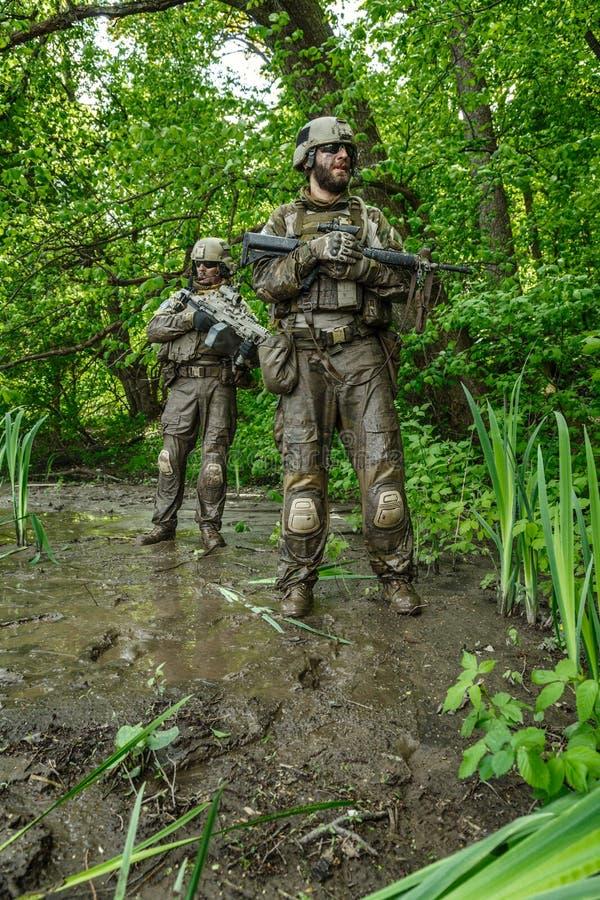 Soldados de las boinas verdes en la acción foto de archivo