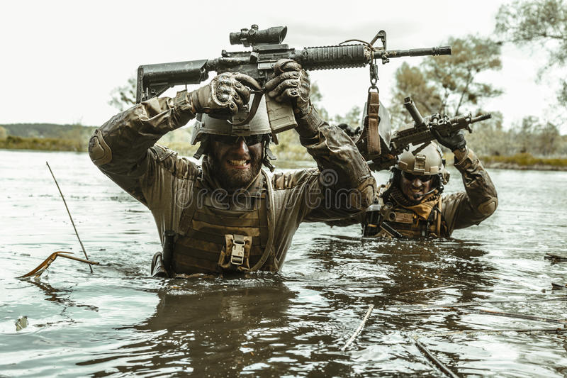 Soldados de las boinas verdes en la acción imagen de archivo