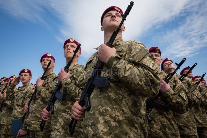 Soldados de las fuerzas armadas de arma de Ucrania foto de archivo libre de regalías