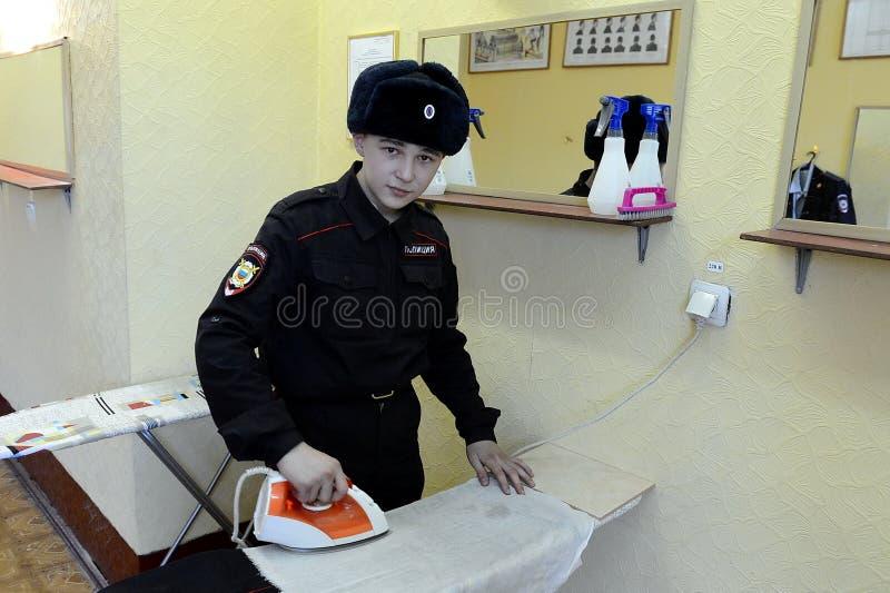 Soldados de las tropas internas que frotan ligeramente la forma en el lavadero de los cuarteles fotografía de archivo