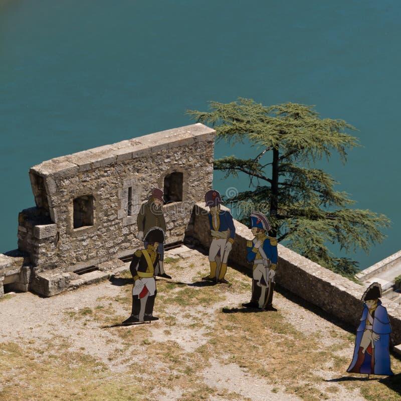 Soldados de madeira nas paredes da fortaleza Sisteron em França imagem de stock