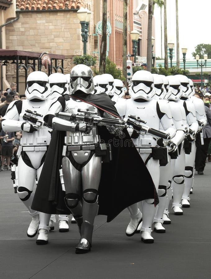 Soldados de tempestade dos Star Wars na parada em Walt Disney World Florida imagem de stock