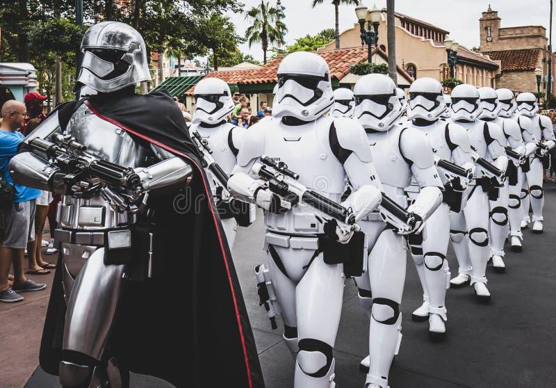 Soldados de tempestade dos Star Wars na parada em Walt Disney World Florida foto de stock