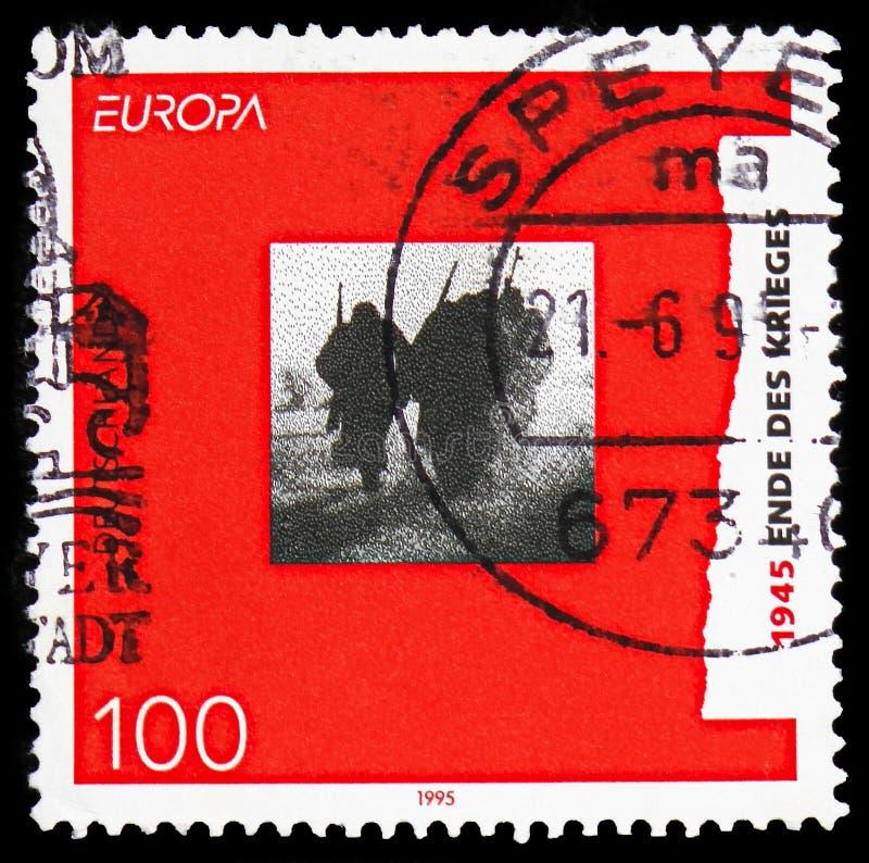 Soldados de vuelta 'extremo de CEPT 1995 de la guerra ', del Europa - serie de la paz y de la libertad, circa 1995 fotografía de archivo