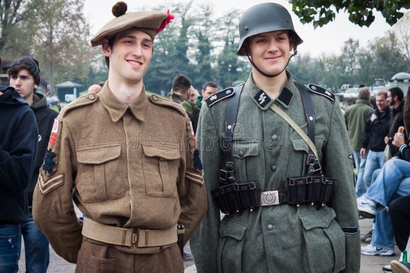 Soldados de WW II em Militalia 2013 em Milão, Itália imagens de stock