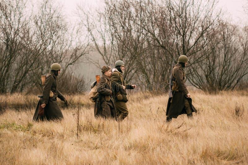 Soldados del ejército rojo en la campaña en el campo en el fal fotos de archivo