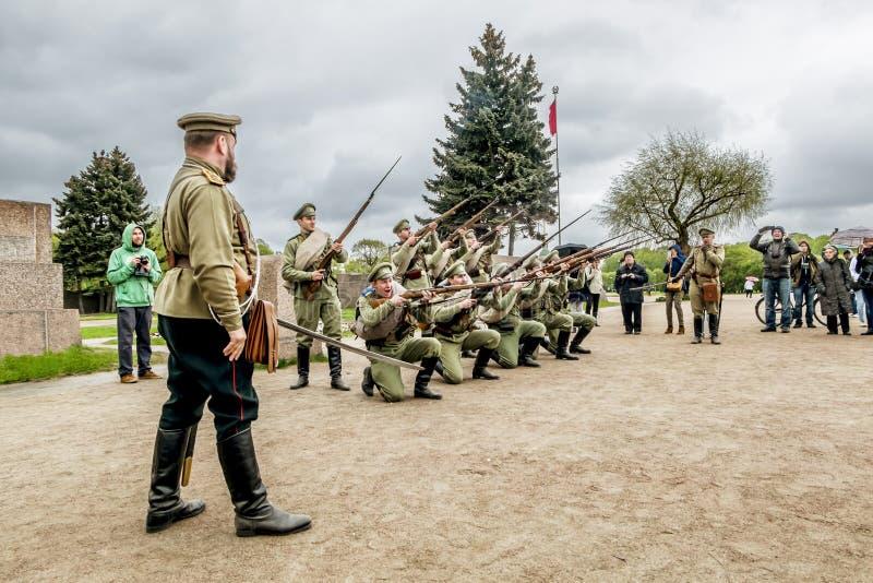 Soldados del ejército ruso imperial en reconstructi histórico foto de archivo