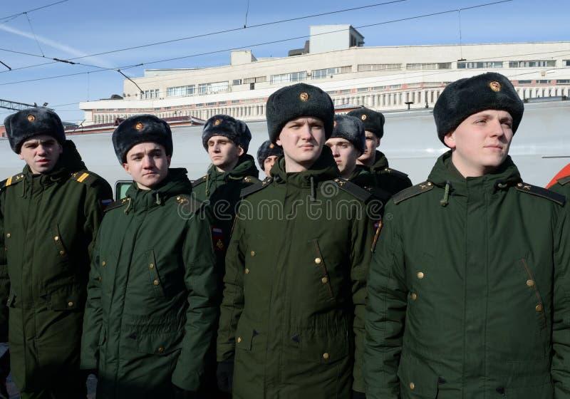 Soldados del regimiento de Semenov en la estación de Kazán en Moscú fotografía de archivo