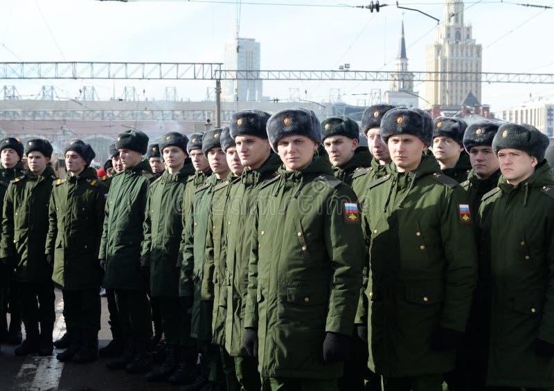 Soldados del regimiento de Semenov en la estación de Kazán en Moscú imagen de archivo