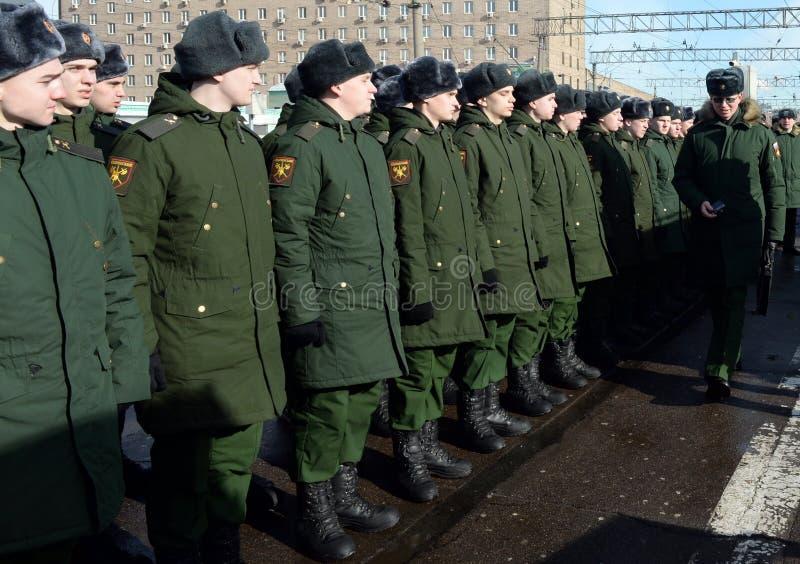 Soldados del regimiento de Semenov en la estación de Kazán en Moscú fotos de archivo libres de regalías