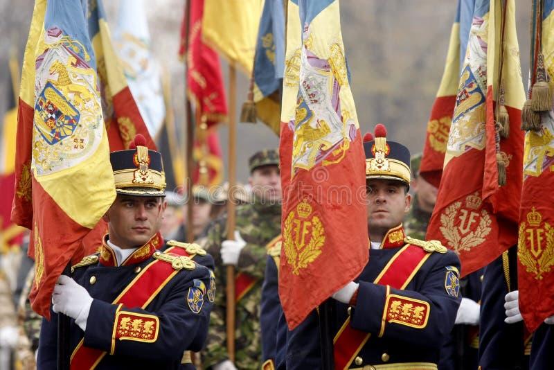 Soldados do exército com as bandeiras na parada imagens de stock