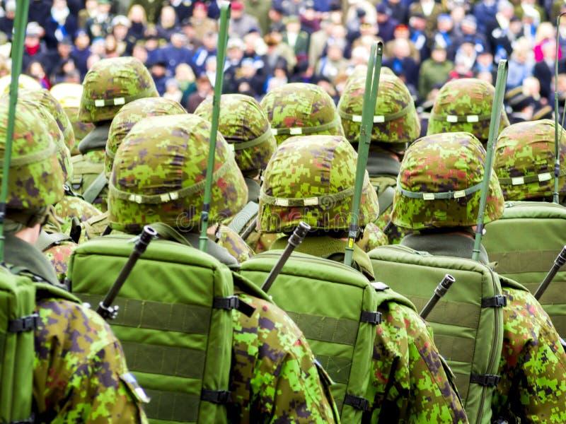 Soldados do exército que marcham nas ruas imagens de stock