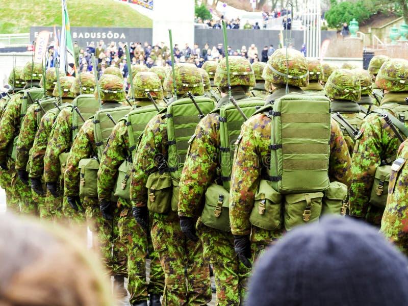 Soldados do exército que marcham nas ruas imagem de stock