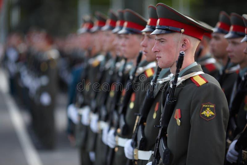 Soldados do russo na repetição da parada fotografia de stock