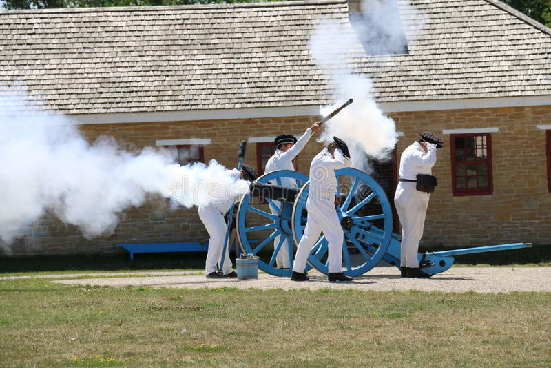 Soldados do século XIX que ateiam fogo ao canhão foto de stock